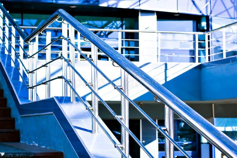 Marmeren trap met een staalleuning stock foto