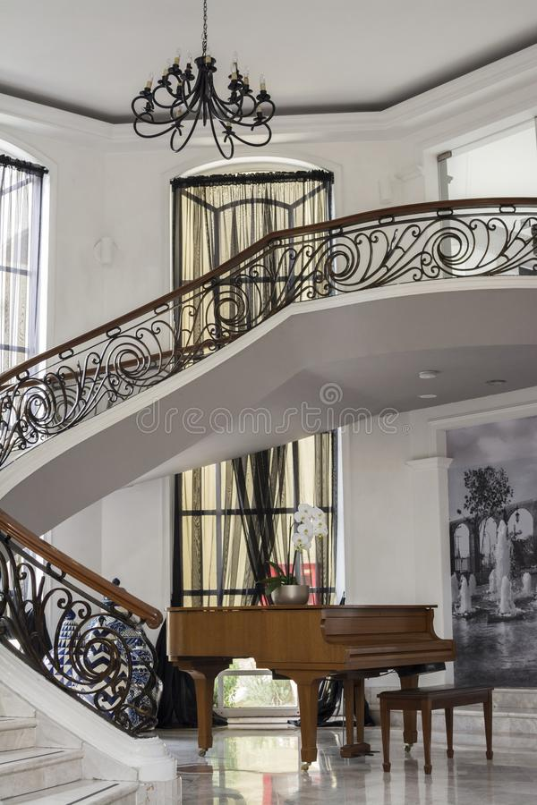 Marmeren Treden met Hout en Staaldecoratie en een Piano royalty-vrije stock afbeeldingen
