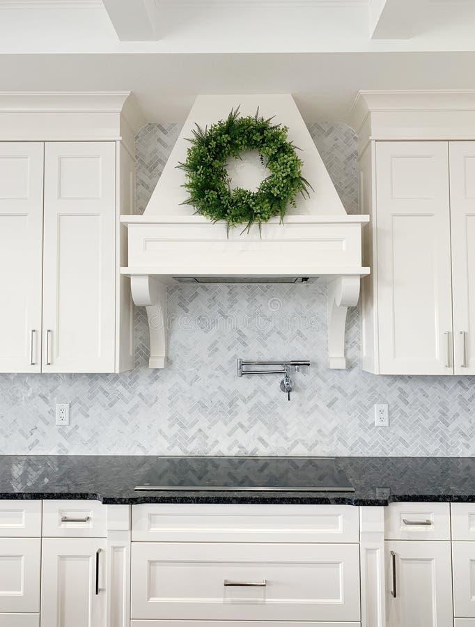 Marmeren visgraat van de luxe de witte keuken backsplash stock foto