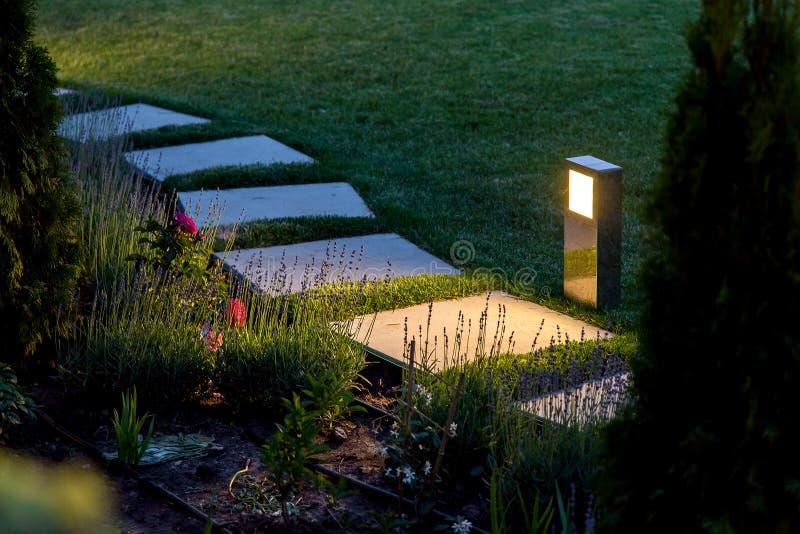 Marmeren weg van vierkante die tegels door een lantaarn worden verlicht royalty-vrije stock foto