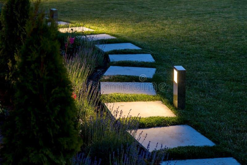 Marmeren weg van vierkante die tegels door lantaarn te gloeien worden verlicht royalty-vrije stock fotografie