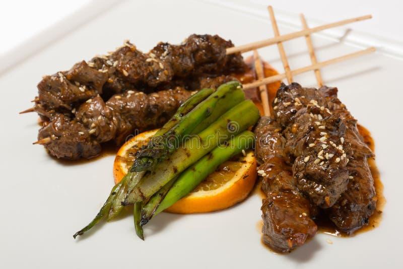 Marmerrundvleeskebabs op vleespennen stock foto's