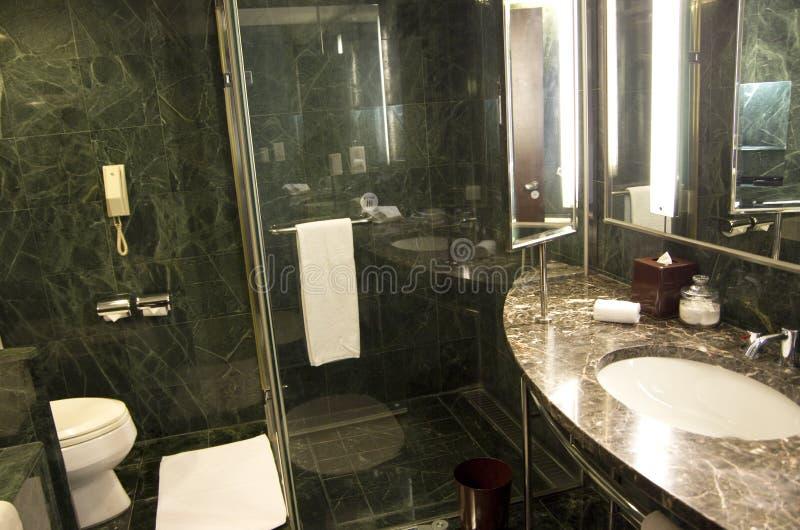Marmo del bagno dell'albergo di lusso immagine stock libera da diritti