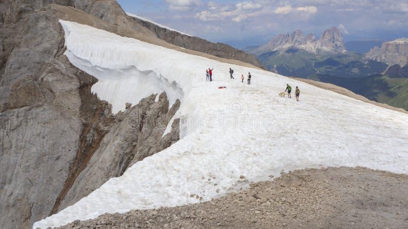 Marmolada, Italia Paesaggio al ghiacciaio ed alle dolomia durante l'ora legale fotografia stock