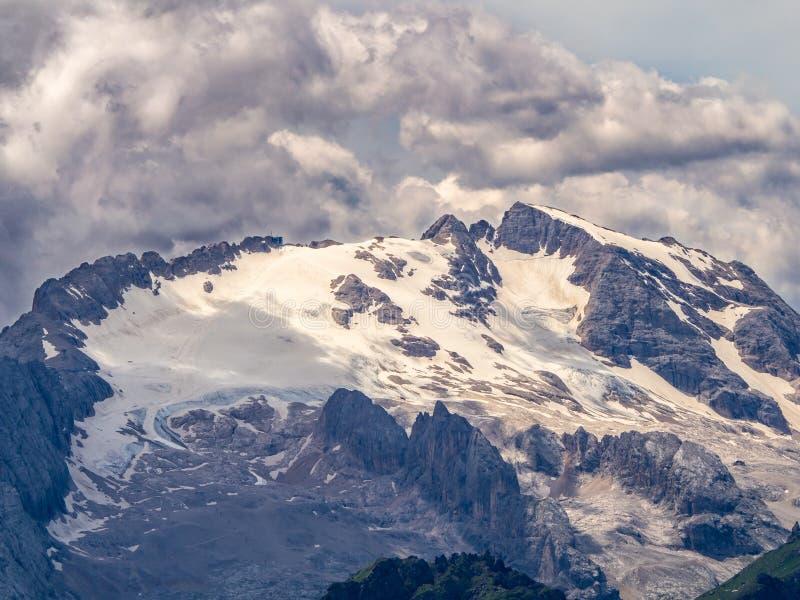 Marmoladagletsjer in Dolomiet met het overweldigen van wolken stock fotografie