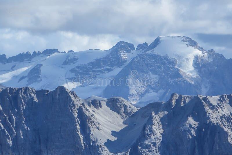 Marmoladagletsjer op het ruwe berglandschap stock fotografie