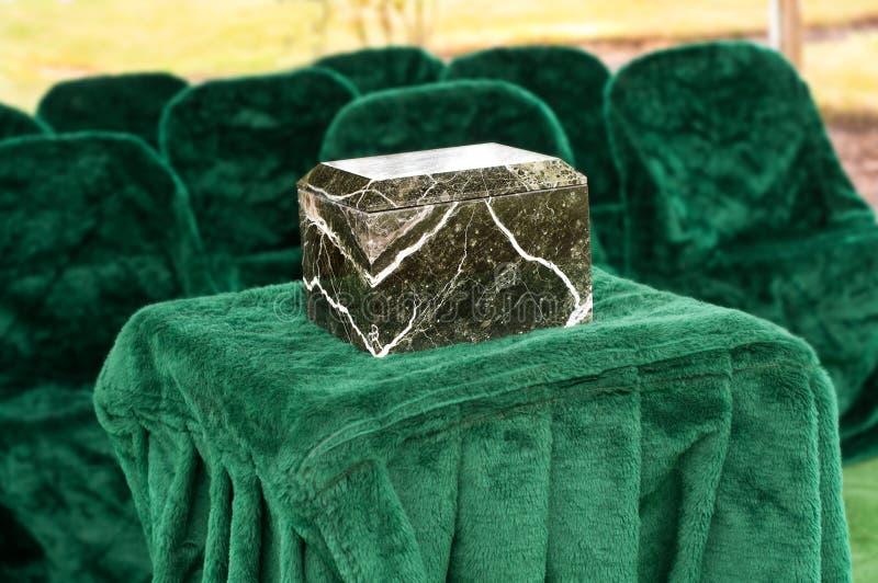 Marmor- eller granitUrn på begravnings- service utanför fotografering för bildbyråer