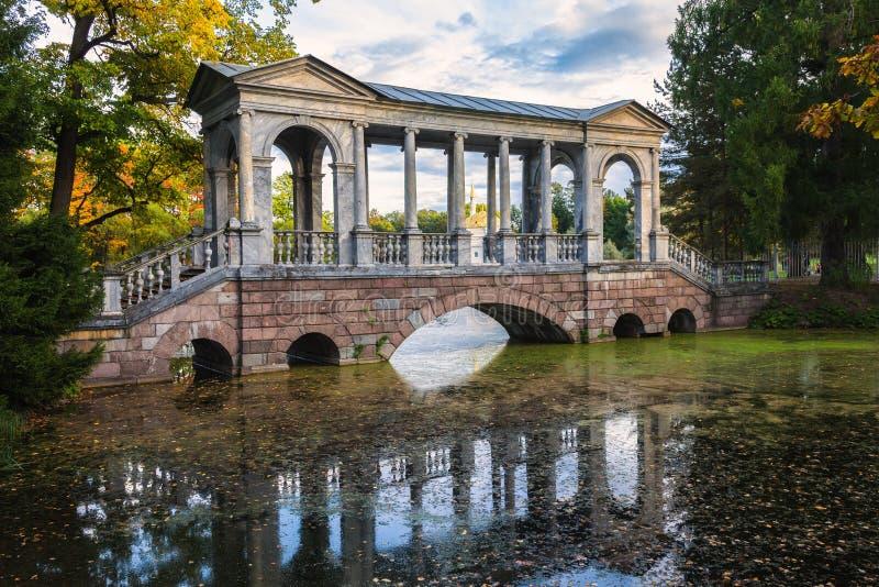 Marmor- eller Palladian bro i Catherine Park av Tsarskoye Se royaltyfria bilder