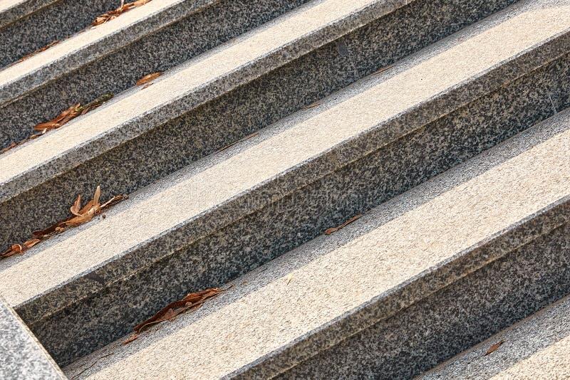 Marmor, Granitschritte der grauen Farbe, parallele Linien werden diagonal lokalisiert stockbild