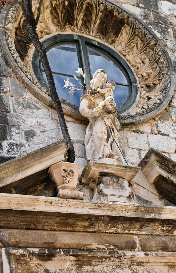 Marmor Madonna och barnstaty, Dubrovnik kyrka, Kroatien arkivfoto