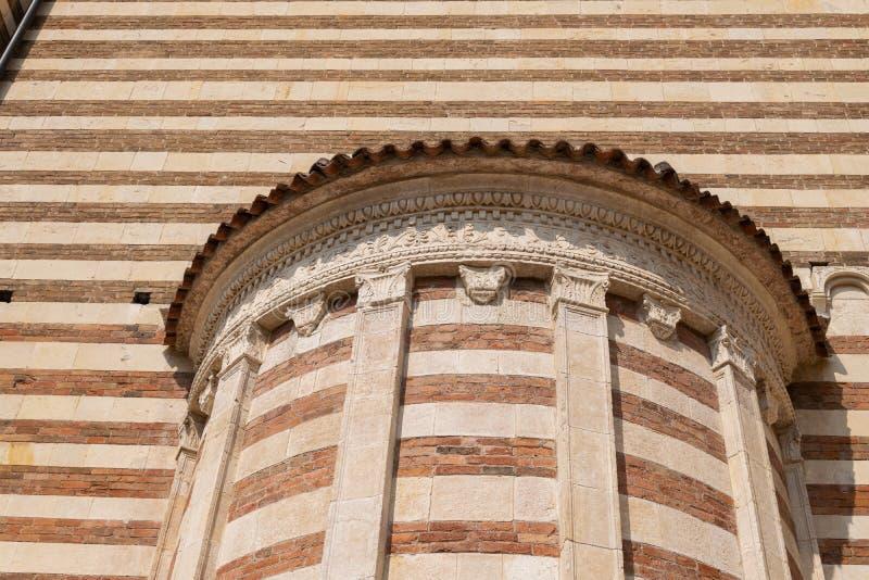 Marmor- och tegelstenband på den södra fasaden av Veronas domkyrka, Italien arkivfoto