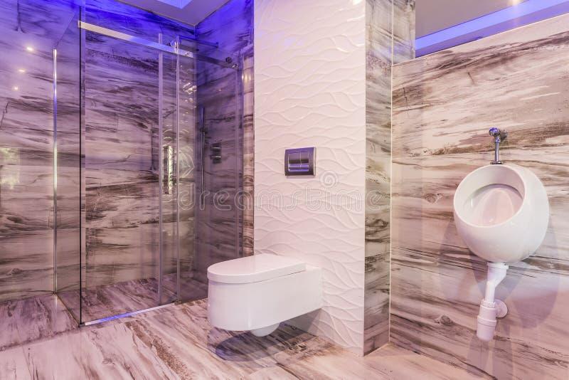 Marmorbadezimmer mit Glasduscheinschließung lizenzfreie stockfotos