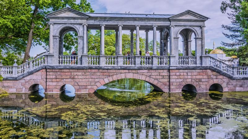 Marmorbro i Tsarskoe Selo den Alexander tr?dg?rden royaltyfri fotografi