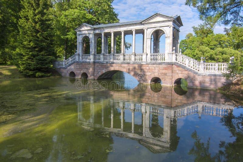 Marmorbron i Catherine parkerar, Tsarskoe Selo, St Petersburg, Ryssland royaltyfria foton