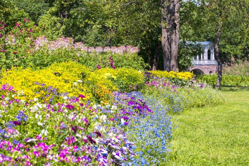 Marmorbron och blommor i Catherine parkerar, Tsarskoe Selo, St Petersburg, Ryssland royaltyfri bild