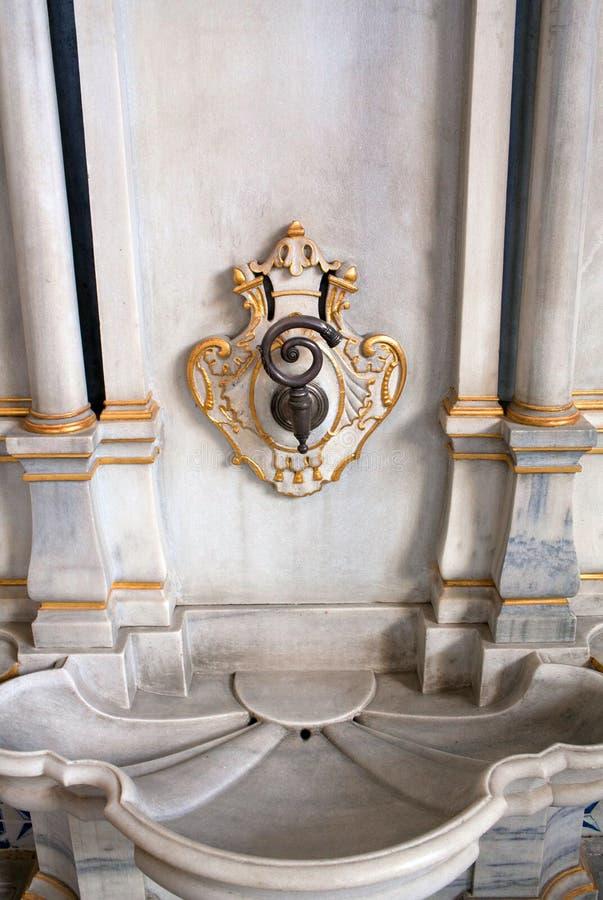 Marmorbrunnen des Thronraumes innerhalb Topkapi-Palastes in Istanbul lizenzfreie stockbilder