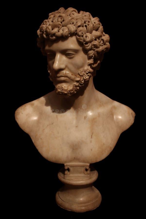 Marmorbysten av Roman Emperor isolerade på svart arkivbild