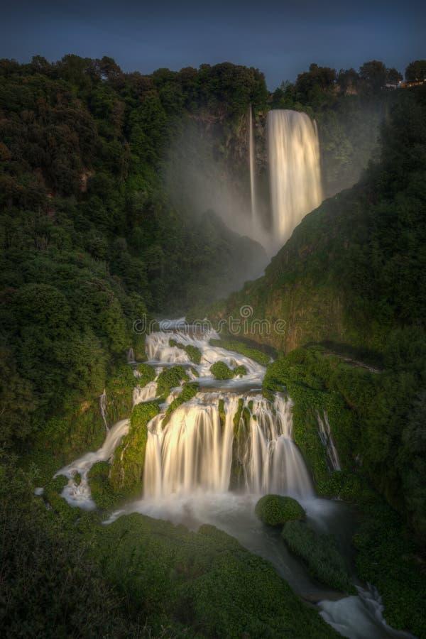 Marmore瀑布在人造光阐明的晚上 在最高中在欧洲 翁布里亚,意大利 库存图片