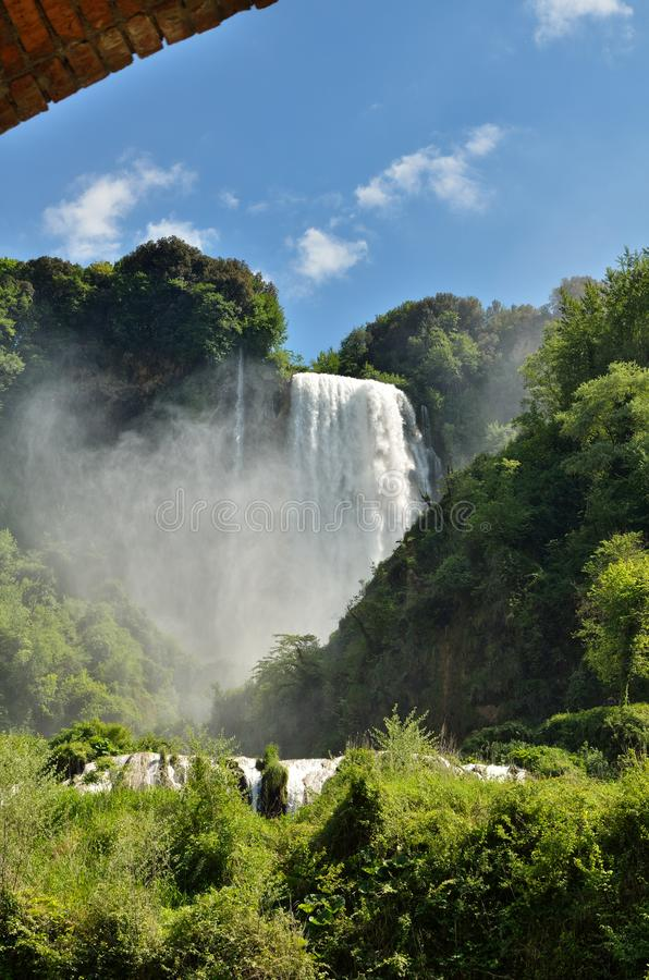 Marmore nedgångar är en konstgjord vattenfall som skapas av de forntida romansna som lokaliseras nära Terni, Italien arkivbilder