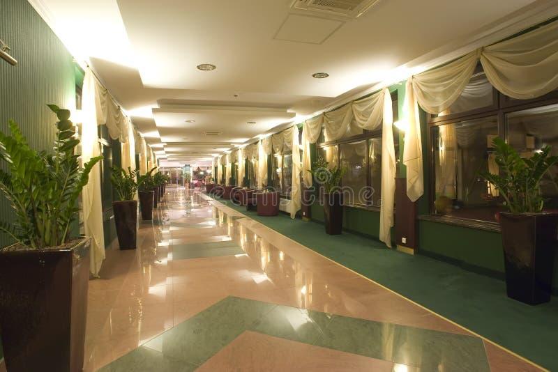 Marmoreie o corredor no edifício imagem de stock