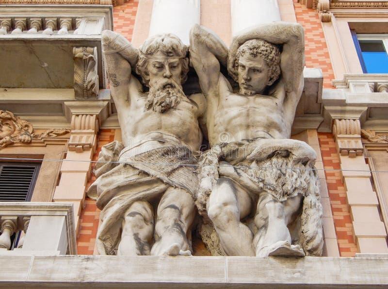 Marmorera dekorativa statyer på fasaden av en historisk byggnad i mitten av Genoa Genova, Italien fotografering för bildbyråer
