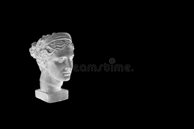 Marmorera huvudet av den unga kvinnan, gammalgrekiskagudinnabysten som isoleras på svart bakgrund med kopieringsutrymme för text arkivfoton