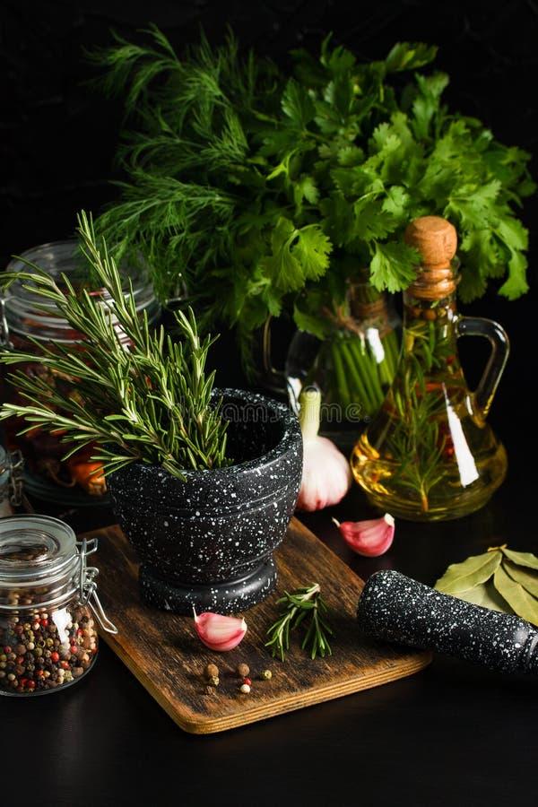 Marmorera mortel och mortelstötar med rosmarinvitlök och peppar arkivfoto