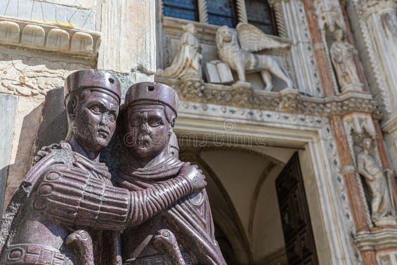 Marmorera skulpturgarnering av ingången till dogens piazza San Marco, Venedig för den slottPalazzo Ducale San Marco fyrkanten, fotografering för bildbyråer