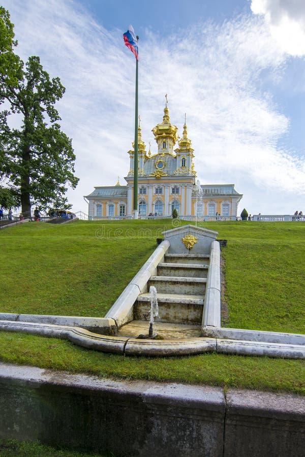 Marmorera trappaspringbrunnen och det östliga kapellet av den storslagna Peterhof slotten i Petrodvorets, St Petersburg, Ryssland arkivbild