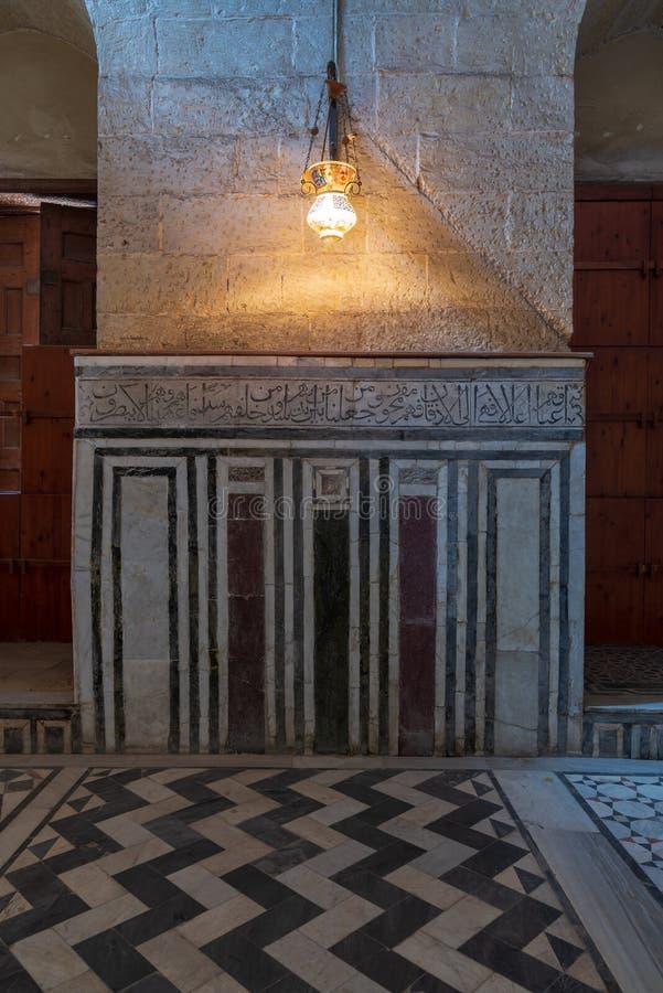 Marmorera v?ggen som dekoreras med geometriska och blom- modeller p? Sultan al Ghuri Mausoleum, Kairo, Egypten royaltyfria foton