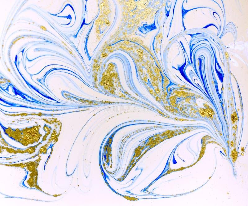 Marmorerad abstrakt bakgrund för blått, för vit och för guld Vätskemarmormodell arkivfoto