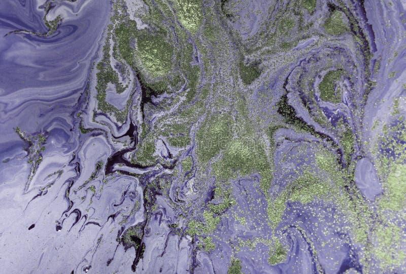 Marmorerad lilaabstrakt begreppbakgrund med guld- paljetter Vätskemarmorfärgpulvermodell fotografering för bildbyråer