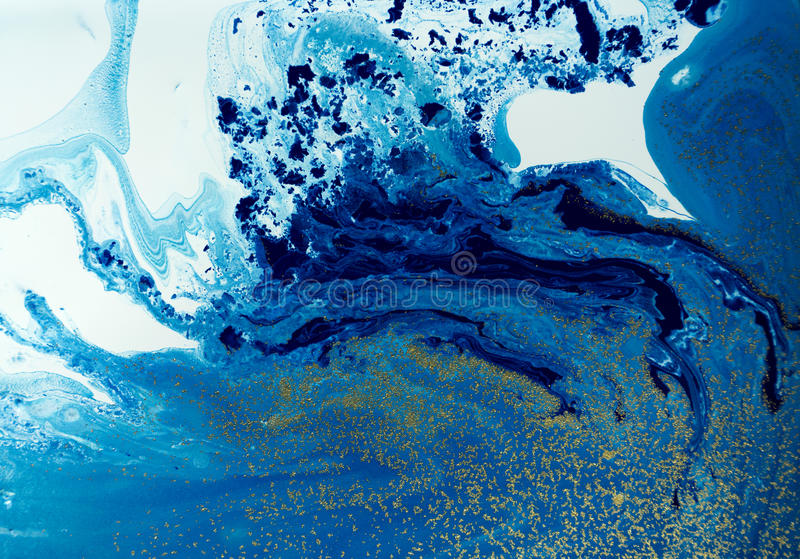 Marmorerade blått och guld- abstrakt bakgrund Vätskemarmormodell arkivbild
