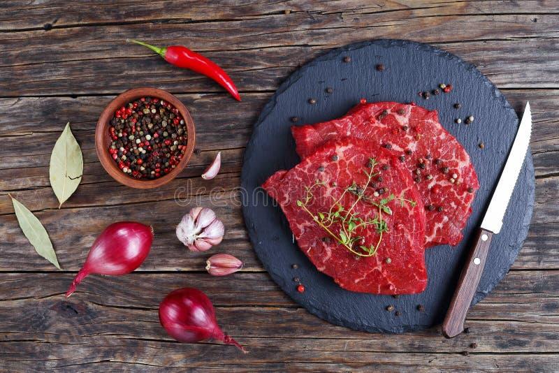 Marmorerade nötköttbiffar kritiserar på magasinet arkivbild