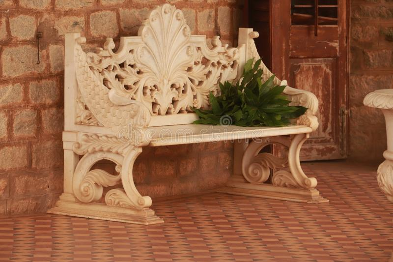 A marmorerar bänken som hålls i korridor royaltyfria foton