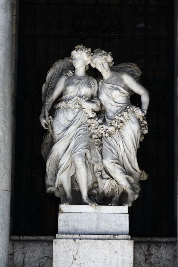 Marmorfrauen-Statuen lizenzfreie stockbilder