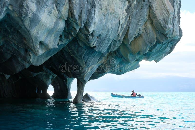 Marmorgrottor över blått vatten med kanoten, Chile arkivfoto