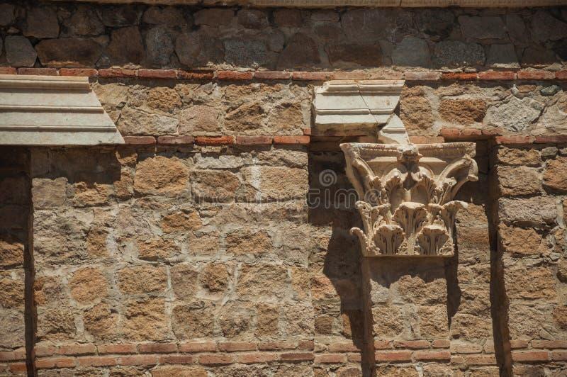 Marmorhuvudstad klibbade i en tegelstenvägg på Roman Forum i Merida royaltyfria bilder