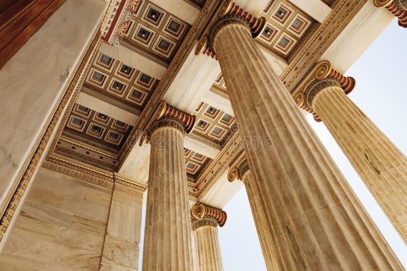 Marmorkolonner av akademin av Aten, Grekland arkivbilder