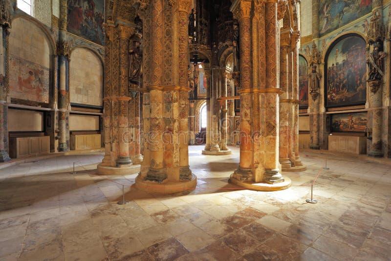 Marmorkolonner stöttar taket i den huvudsakliga korridoren arkivfoton