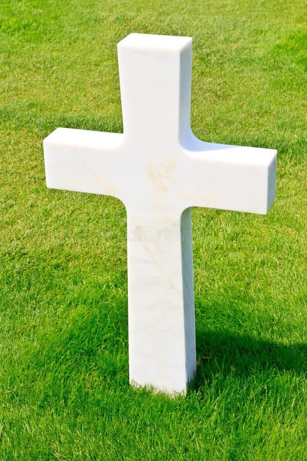 Marmorkreuz des gefallenen Soldaten stockbilder