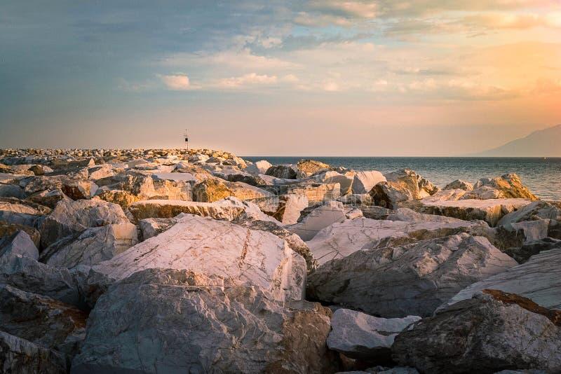 Marmorkust i den Thassos ön under solnedgång arkivbilder