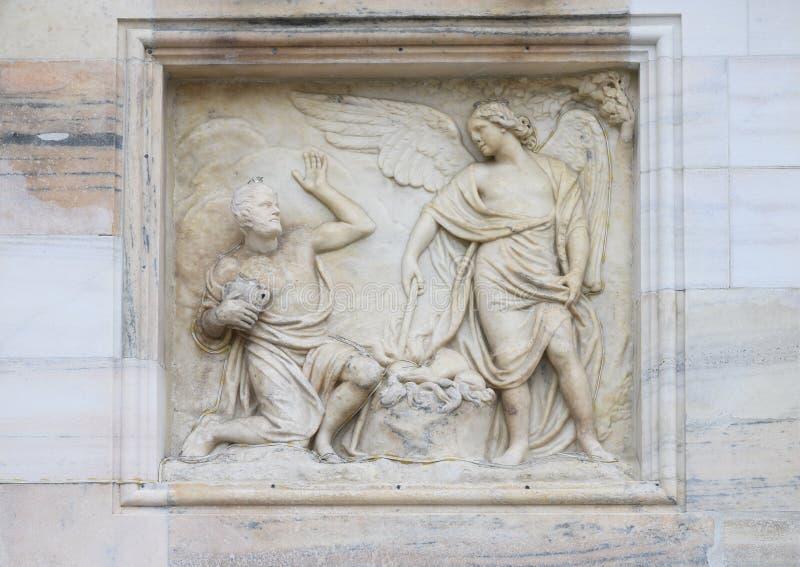 Marmorlättnad yttre Milan Cathedral eller Duomodi Milano, domkyrkakyrkan av Milan, Lombardy, Italien royaltyfri bild