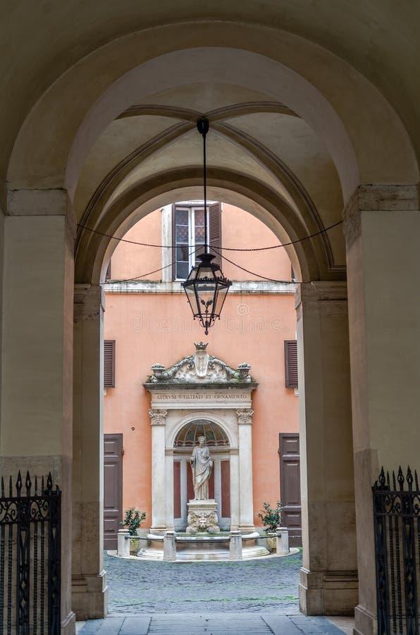 Marmormonumentstatyn av en kvinna i borggården i Rome huvudstaden av Italien i potory är den välva sig korridoren med den antika  royaltyfri foto