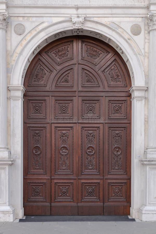 Marmorportal in der Gotisch-Renaissanceart der Haube in Montagn stockbild