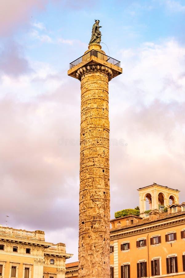 Marmorsäule von Marcus Aurelius mit gewundener Entlastung auf Marktplatz Colonna, Rom, Italien stockbild