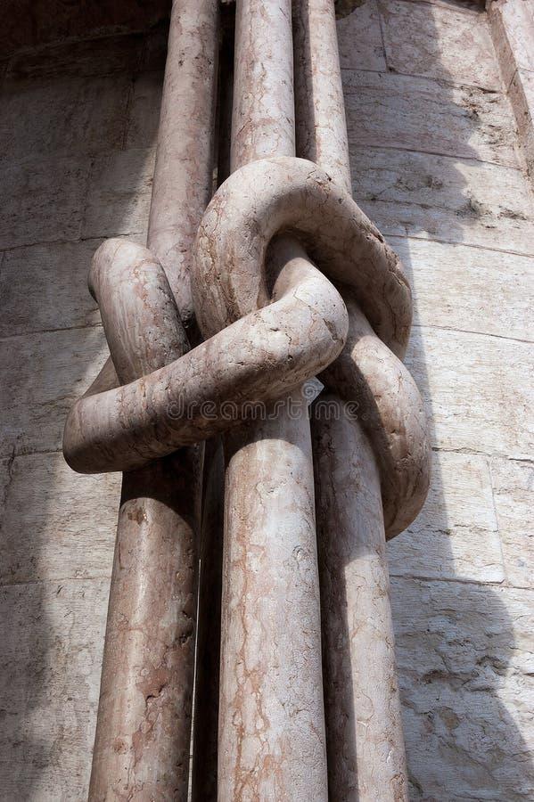 Marmorsäulen geknotet - Trento-Kathedrale Italien stockfotos