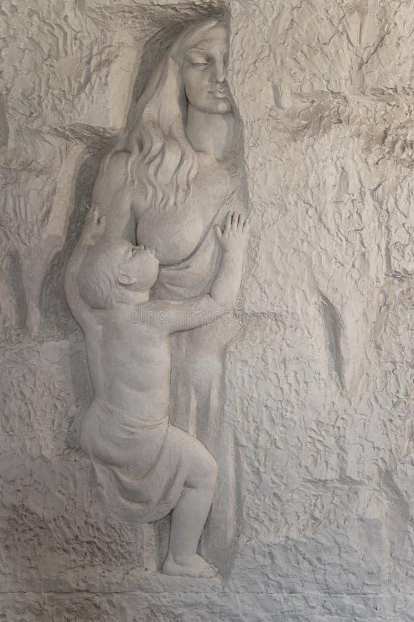 Marmorskulptur av en kvinna som vårdar henne, behandla som ett barn Legenden av den Rozafa slotten, Shkodra, Albanien royaltyfri fotografi