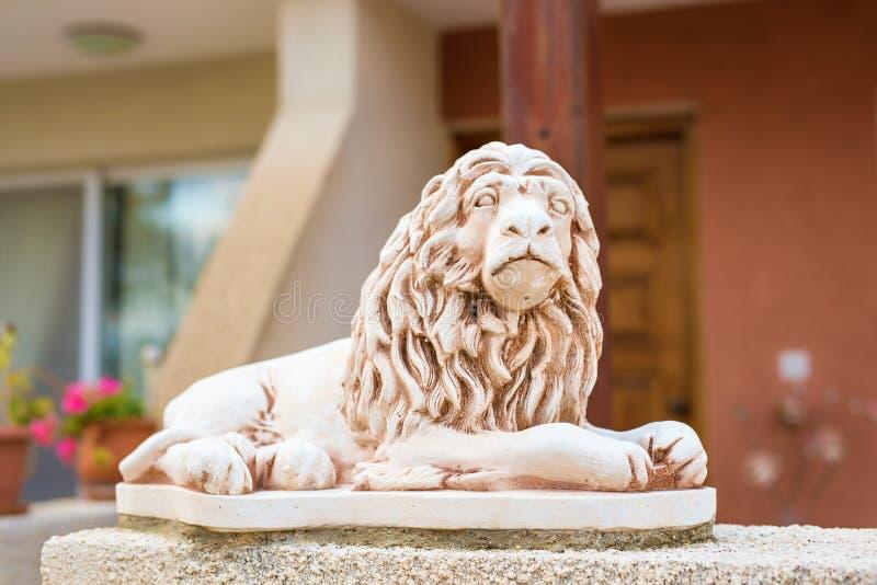 Marmorskulptur av ett lejon på sockel royaltyfria foton