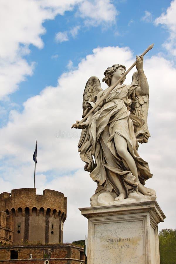 Marmorstatue des Engels durch Bernini vor dem hintergrund der Form stockfotos